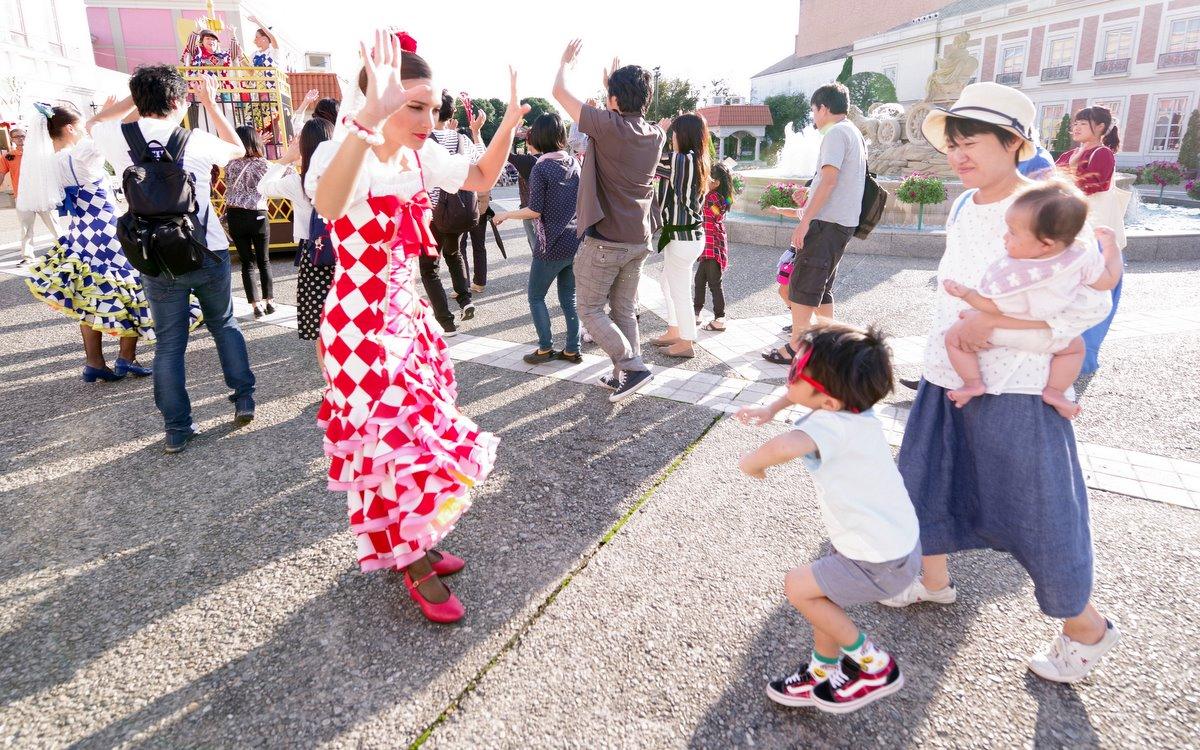 仮装してパレードに参加するとはしゃいでしまう。