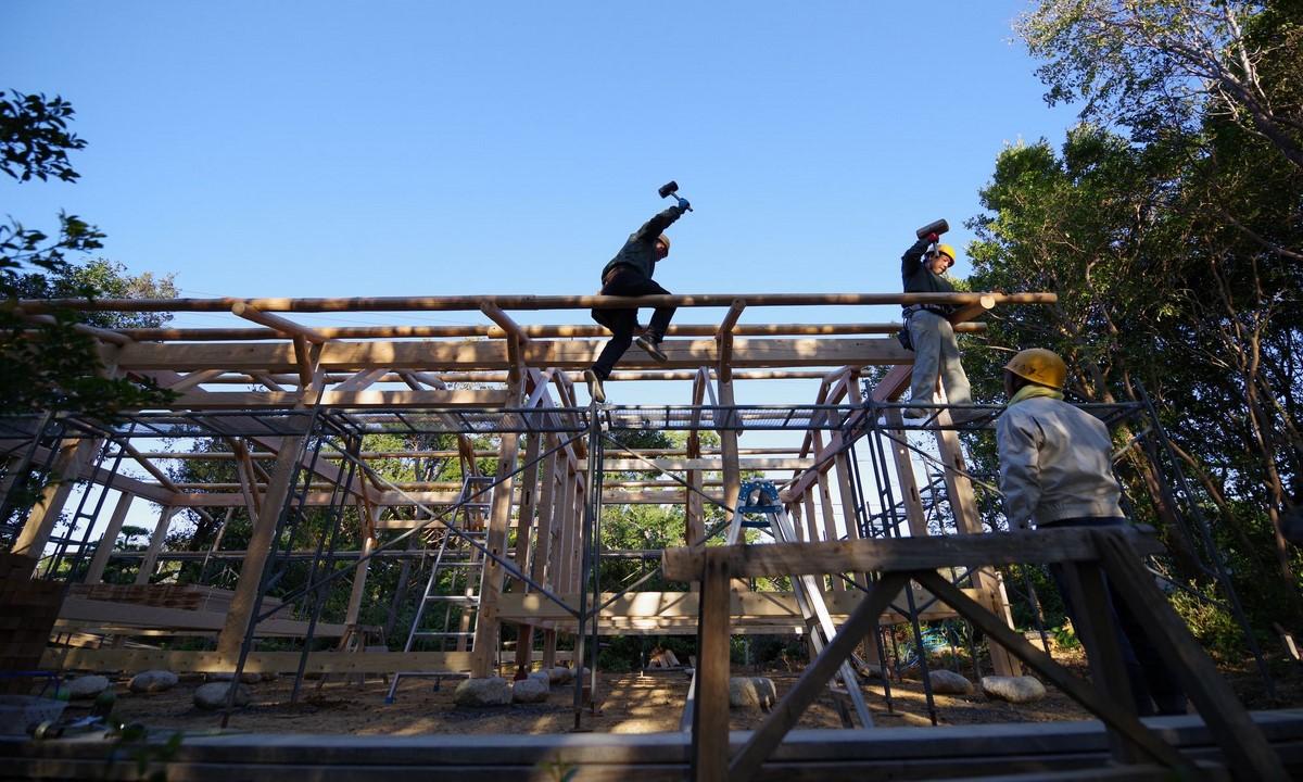 「志摩の小庭 いかだ丸太の家」は、国土交通省の「気候風土適応型プロジェクト2018」平成30年度サスティナブル建築物等先導事業(気候風土適応型)に選定