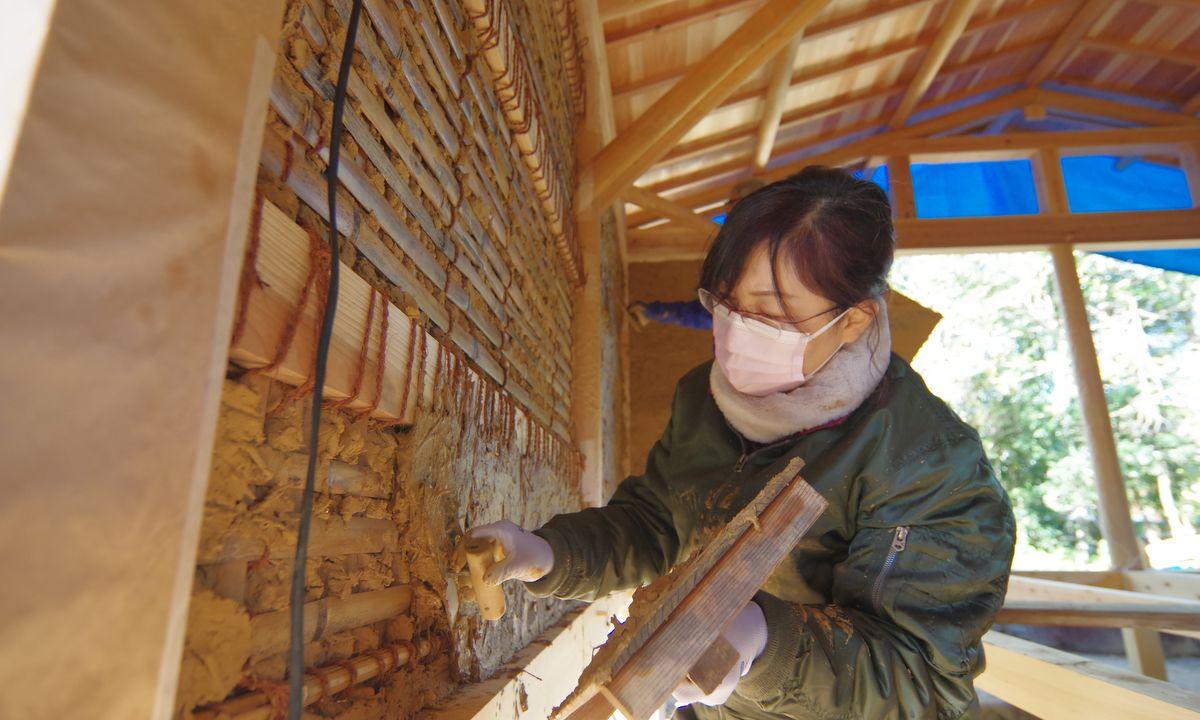 「志摩の小庭 いかだ丸太の家」みんなで土壁塗り作業
